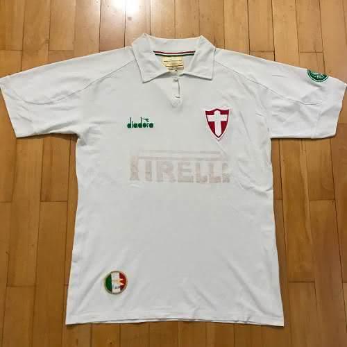 Um dos modelos disponíveis nesse site é a camisa em comemoração aos 90 anos  do Palmeiras. Ela foi lançada em 2004 e é muito rara. Na época a4ebd65050b99