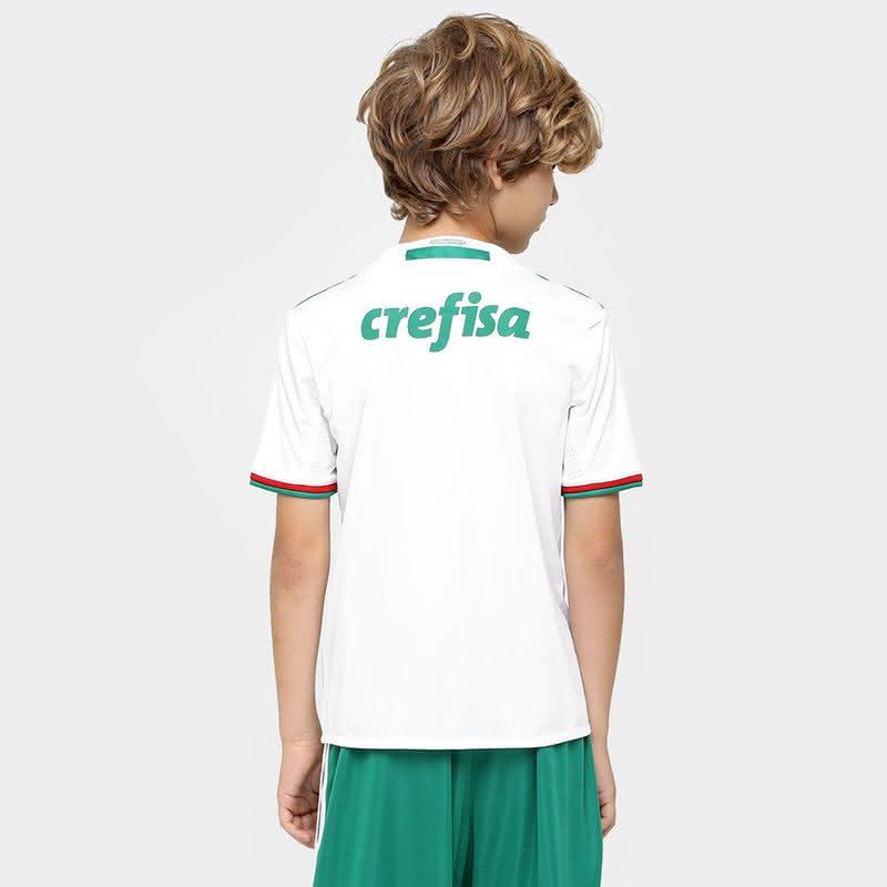 Esse uniforme pode ser usado pelo seu filho durante as atividades do  cotidiano ou para torcer pelo clube em dias de jogos. A camisa 1a7b31d52ef95